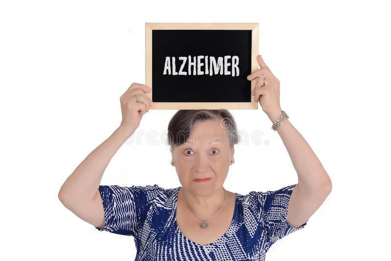 Mujer mayor que sostiene la pizarra con el texto imagenes de archivo