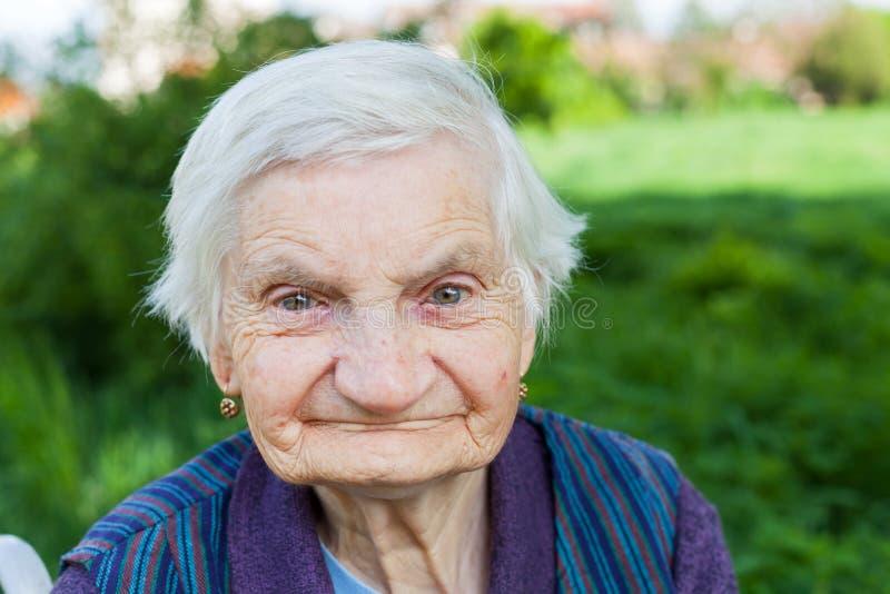 Mujer mayor que sufre de demencia foto de archivo