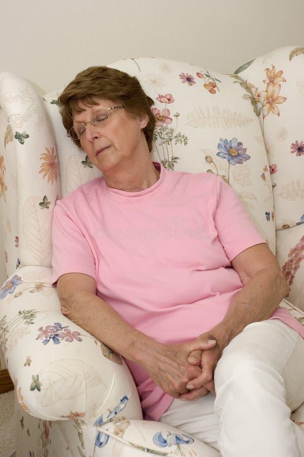 Mujer mayor que toma una siesta fotografía de archivo libre de regalías