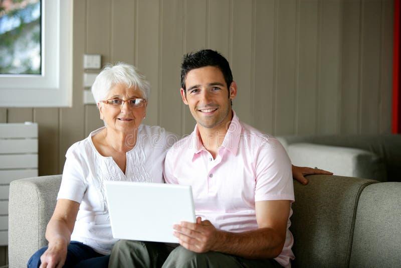 Mujer mayor que usa la computadora portátil imagen de archivo libre de regalías