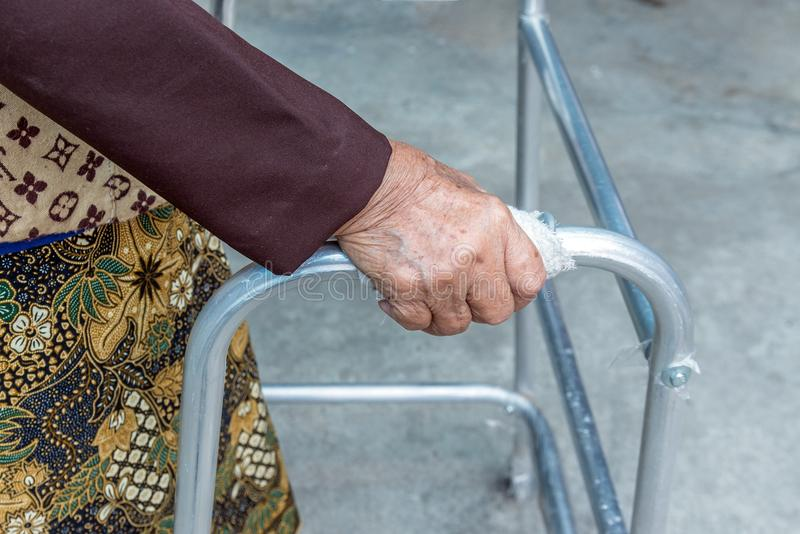 Mujer mayor que usa a un caminante fotografía de archivo libre de regalías