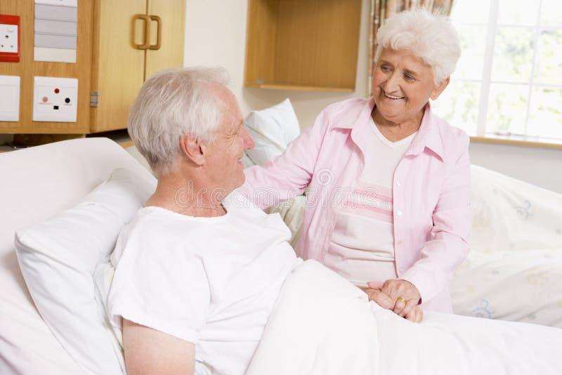 Mujer mayor que visita a su marido en hospital fotografía de archivo