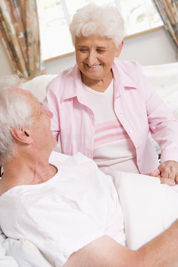Mujer mayor que visita a su marido en hospital imagen de archivo libre de regalías