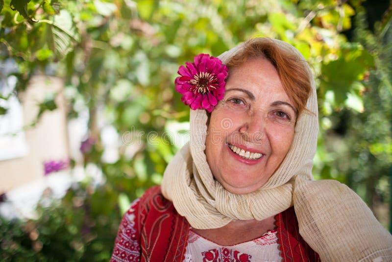 Mujer mayor rumana alegre imágenes de archivo libres de regalías