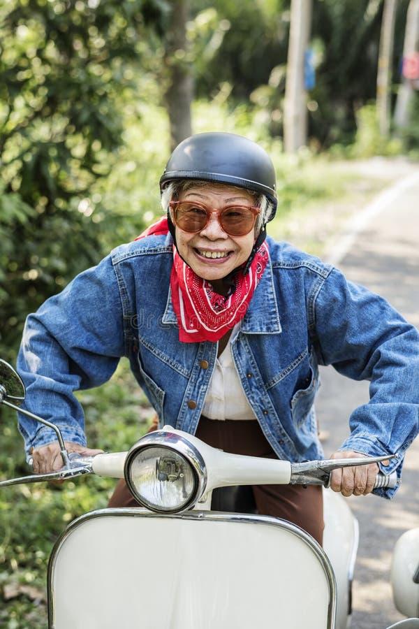 Mujer mayor salvaje y libre fotografía de archivo libre de regalías