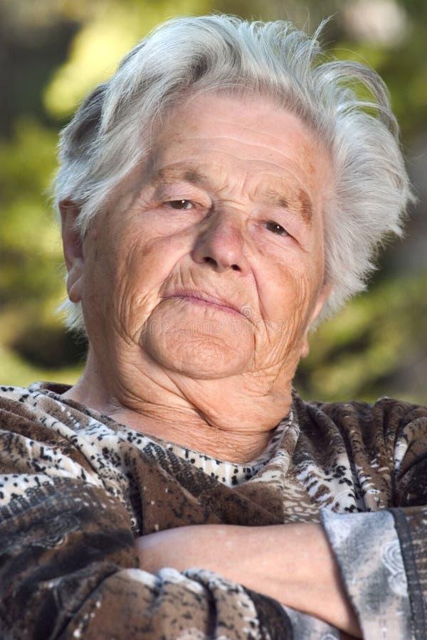 Mujer mayor seria fotos de archivo