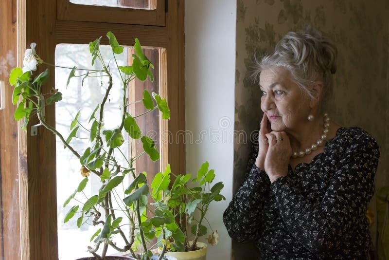 Mujer mayor sola foto de archivo