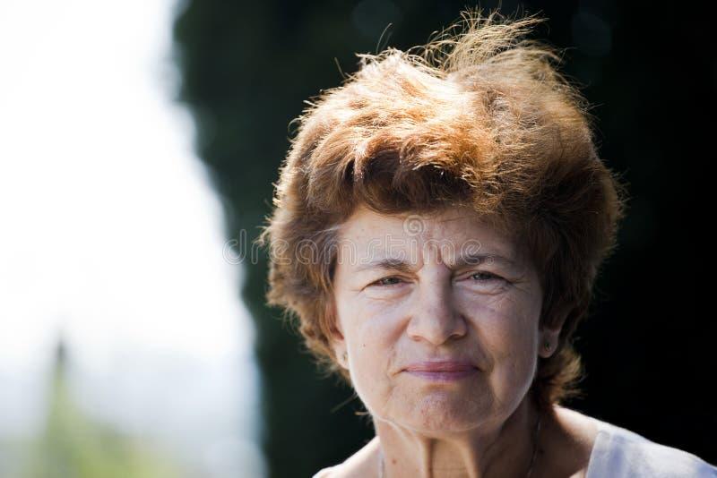 Mujer mayor solitaria fotografía de archivo