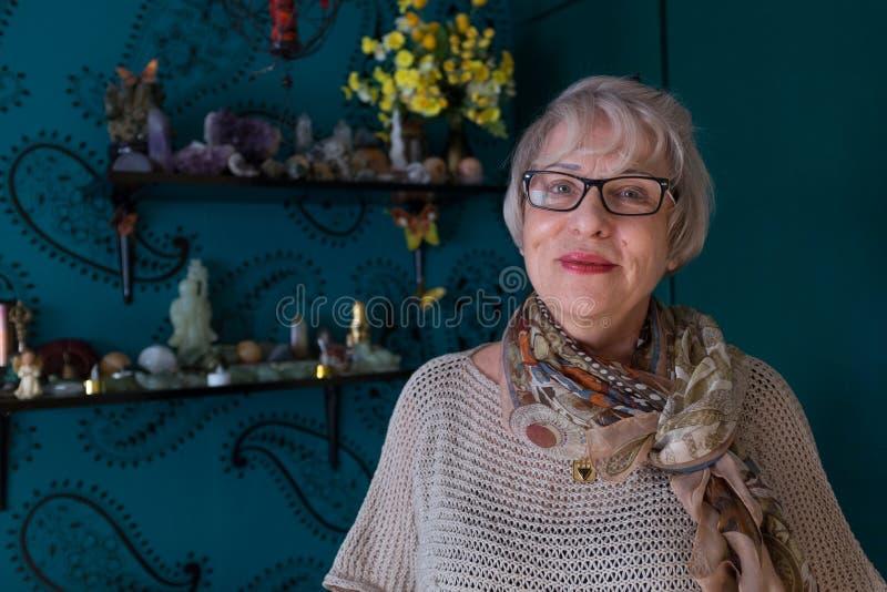 Mujer mayor sonriente en sitio colorido fotografía de archivo libre de regalías