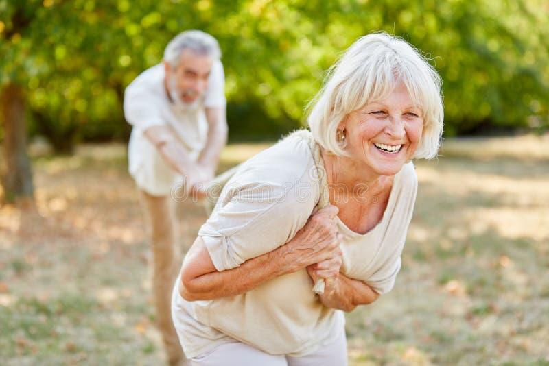 Mujer mayor sonriente que juega esfuerzo supremo foto de archivo libre de regalías