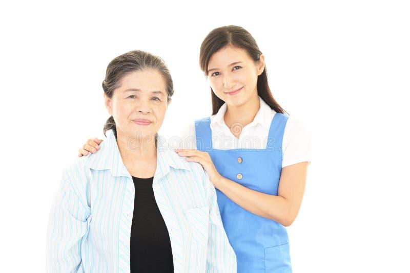 Mujer mayor sonriente y señora joven foto de archivo libre de regalías
