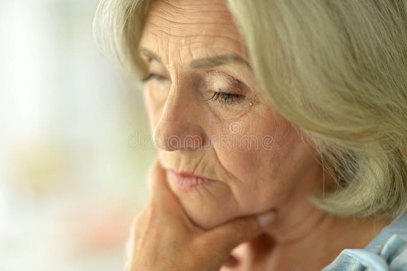 Mujer mayor trastornada imagen de archivo