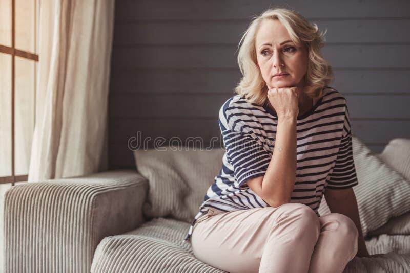 Mujer mayor triste imagenes de archivo