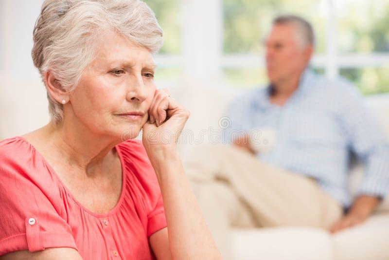 Mujer mayor triste después de discutir con el marido fotografía de archivo