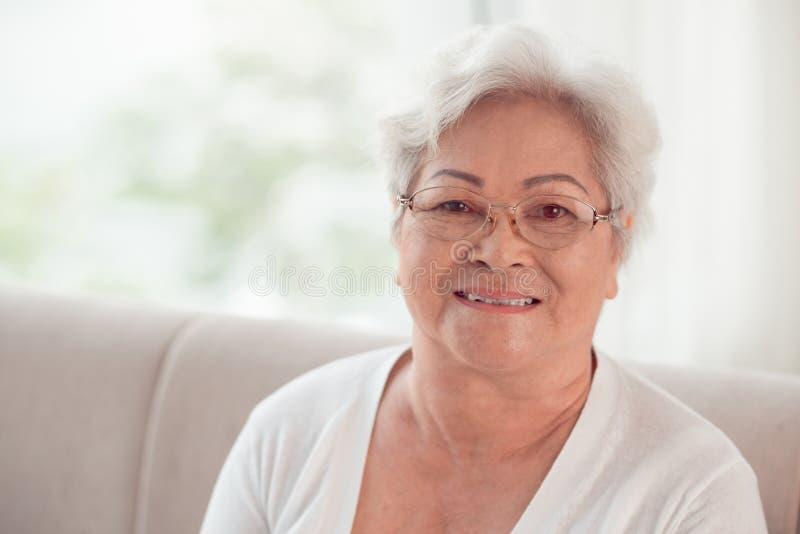 Mujer mayor vietnamita imagen de archivo