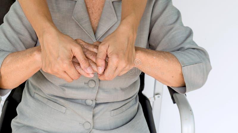 mujer mayor y jóvenes que detienen las manos, la madre y a la hija imágenes de archivo libres de regalías