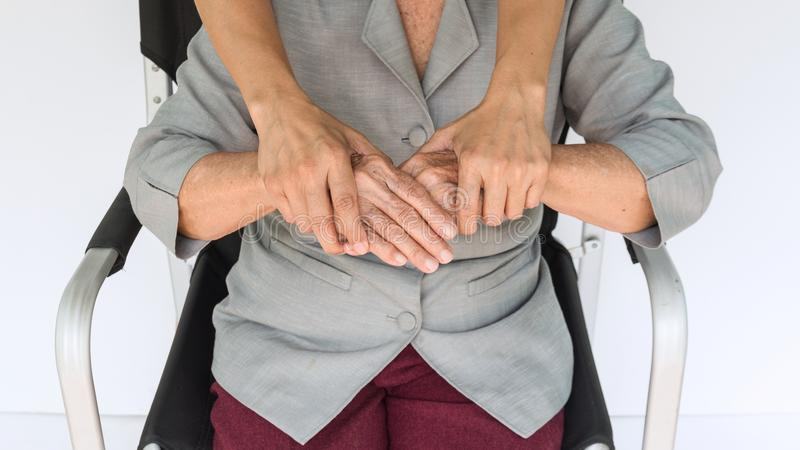 mujer mayor y jóvenes que llevan a cabo las manos, la madre y el dauther imagen de archivo libre de regalías