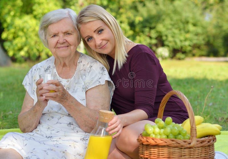 Mujer mayor y mujer joven en la comida campestre fotos de archivo libres de regalías