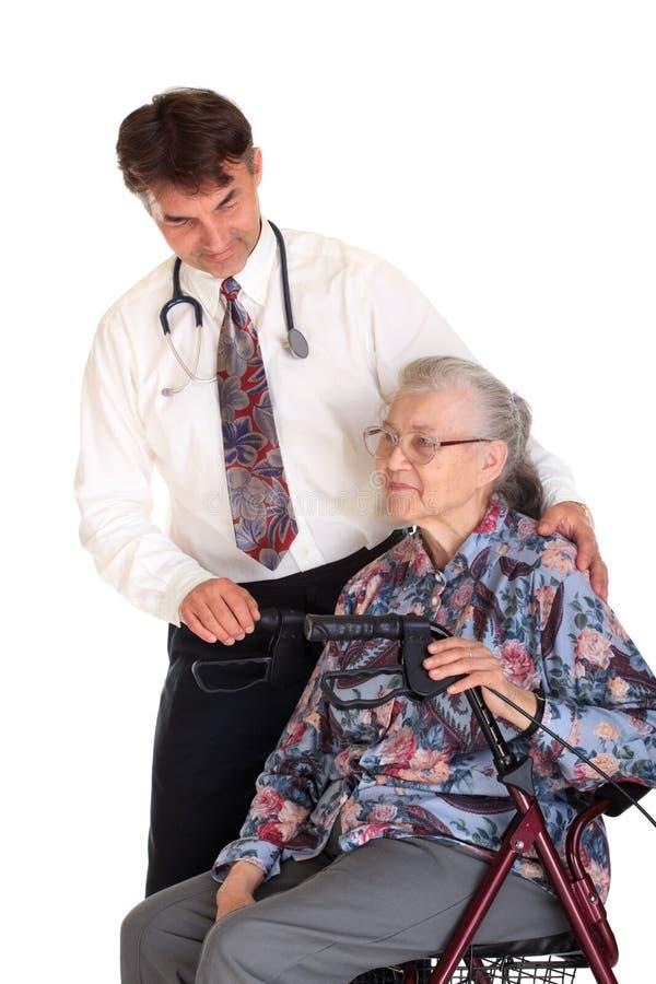 Mujer mayor y su doctor foto de archivo libre de regalías