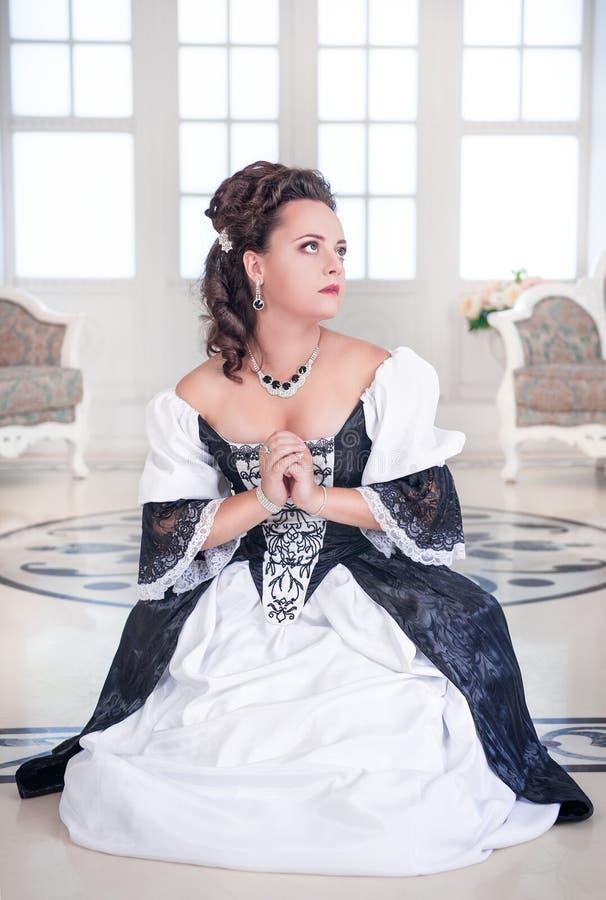 Mujer medieval hermosa que ruega fotografía de archivo libre de regalías
