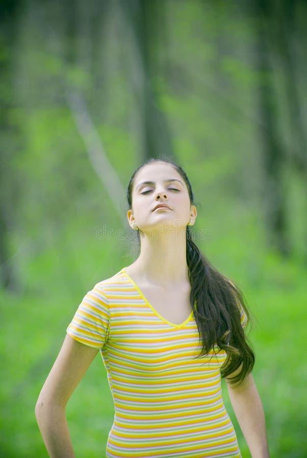 Mujer meditating al aire libre foto de archivo