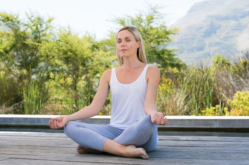 Mujer meditating al aire libre imágenes de archivo libres de regalías