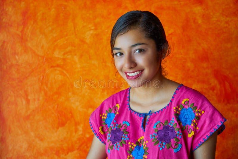 Mujer mexicana con el latín maya del vestido fotografía de archivo