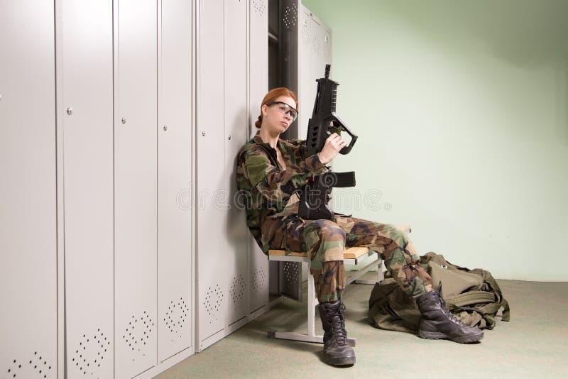 Mujer militar en el vestuario foto de archivo