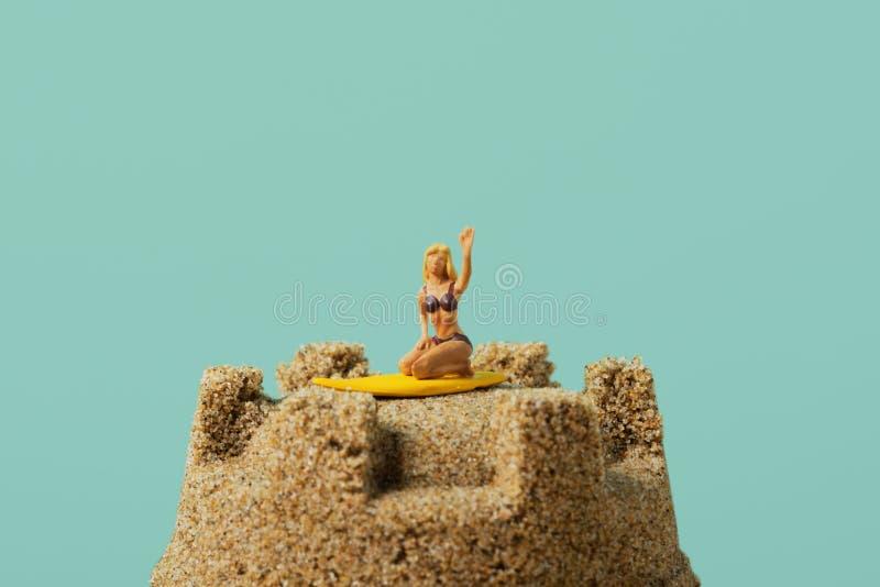 Mujer miniatura en un castillo de arena foto de archivo libre de regalías