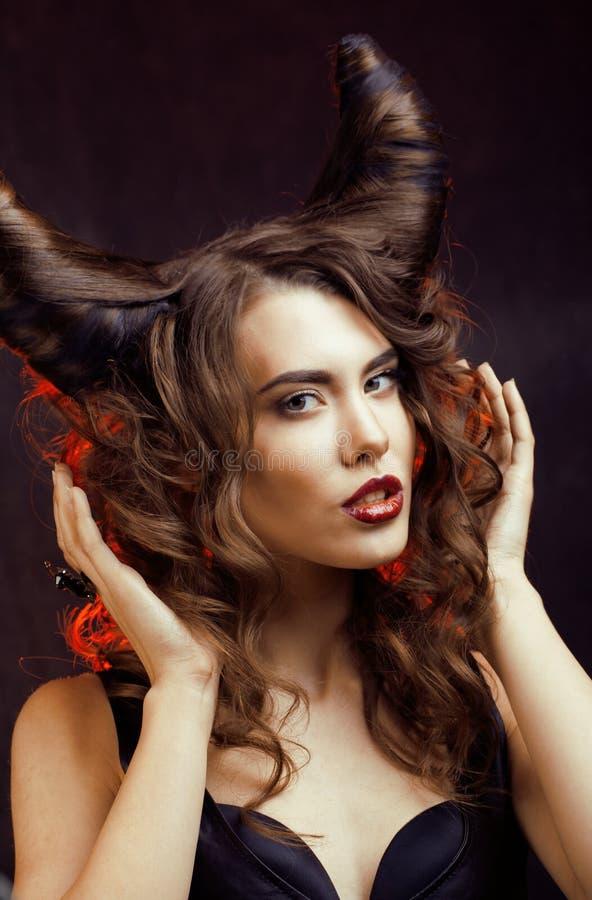 Mujer misteriosa brillante con el pelo del cuerno, celebración de Halloween foto de archivo libre de regalías