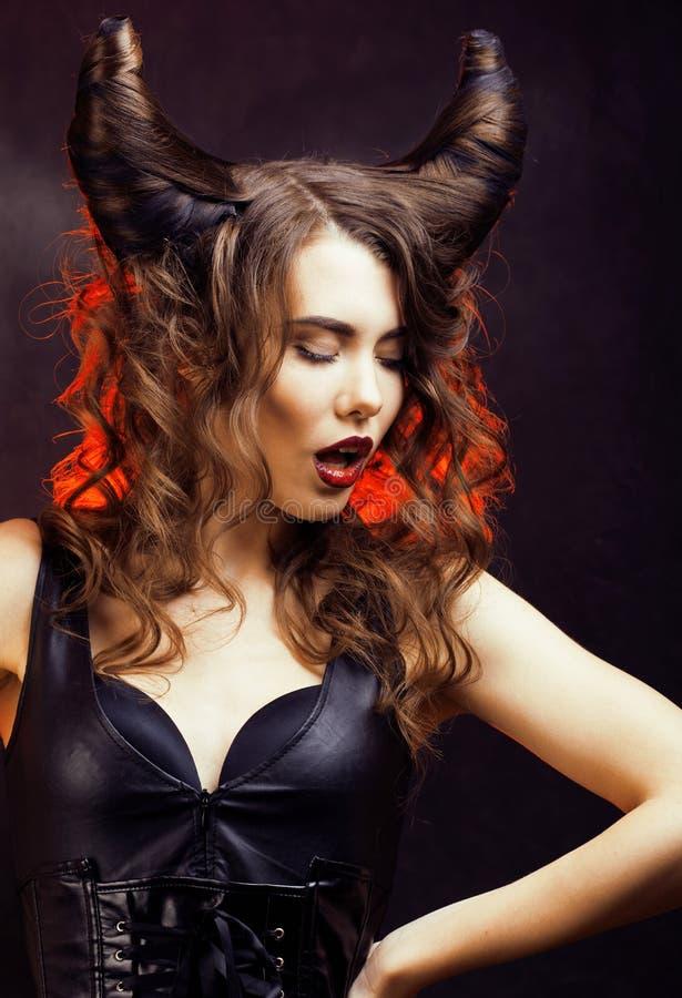 Mujer misteriosa brillante con el pelo del cuerno, celebración de Halloween foto de archivo
