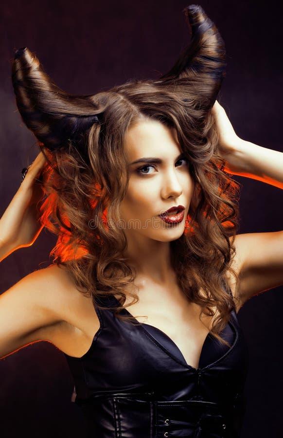 Mujer misteriosa brillante con el pelo del cuerno, celebración de Halloween fotos de archivo libres de regalías