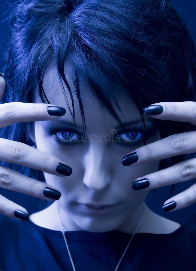 Mujer misteriosa y hermosa de Goth fotografía de archivo