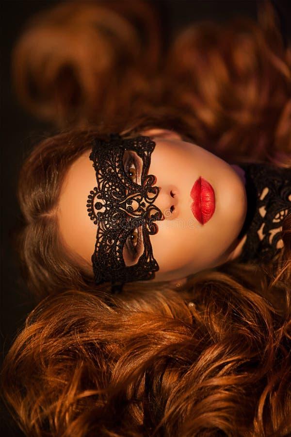 Mujer modelo atractiva en la máscara veneciana del carnaval de la mascarada imagen de archivo