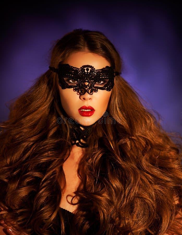 Mujer modelo atractiva en la máscara veneciana del carnaval de la mascarada imagenes de archivo