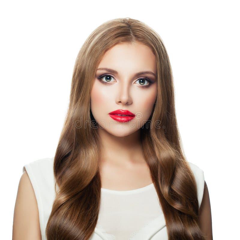 Mujer modelo bonita con el pelo largo y el maquillaje rojo de los labios aislada en el fondo blanco fotografía de archivo libre de regalías
