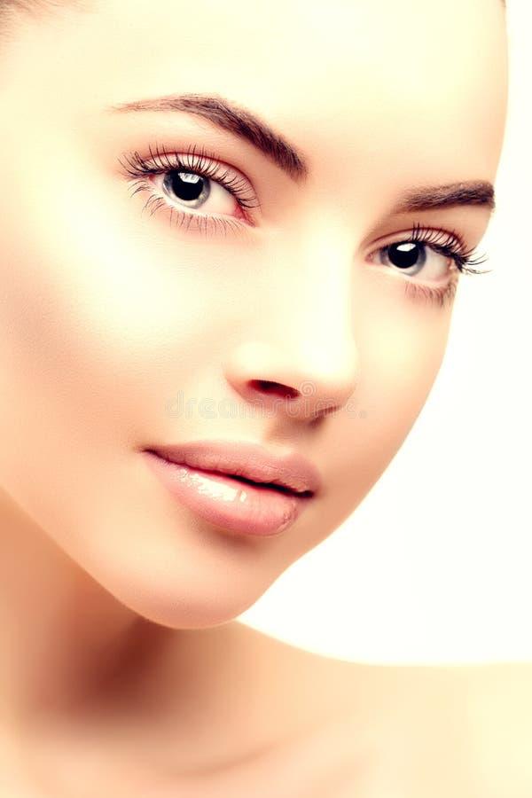 Mujer modelo hermosa en muchacha moderna joven del maquillaje del salón de belleza foto de archivo