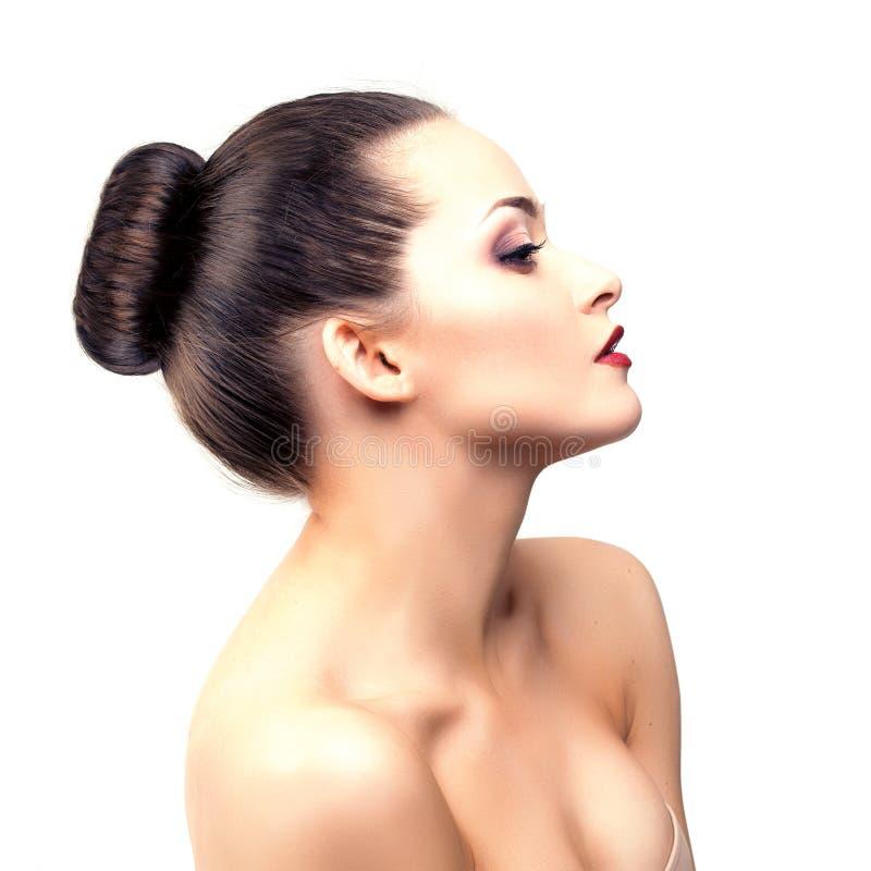 Mujer modelo hermosa en muchacha moderna joven del maquillaje del salón de belleza i imagen de archivo libre de regalías