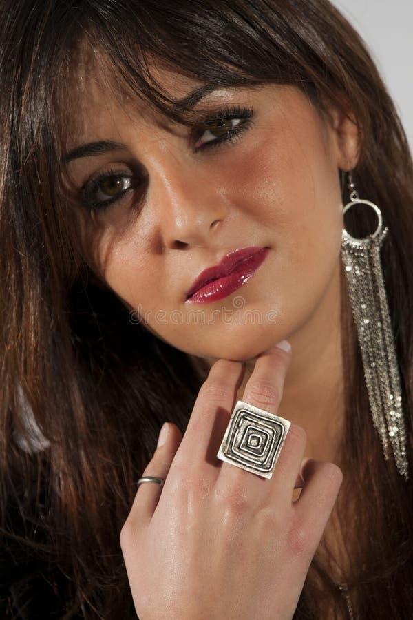 Mujer modelo hermosa, maquillaje y accesorios foto de archivo libre de regalías