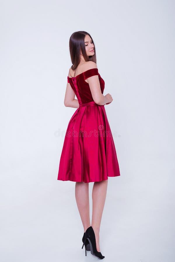 Mujer modelo morena de la belleza en vestido de c?ctel Maquillaje de lujo y peinado de la moda hermosa Silueta atractiva de la mu imagen de archivo