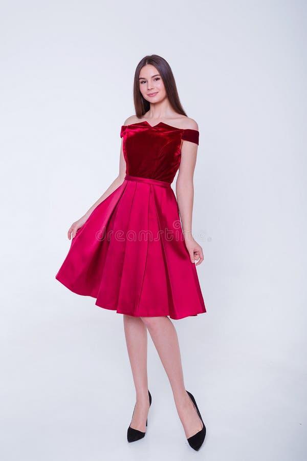 Mujer modelo morena de la belleza en vestido de c?ctel Maquillaje de lujo y peinado de la moda hermosa Silueta atractiva de la mu fotos de archivo