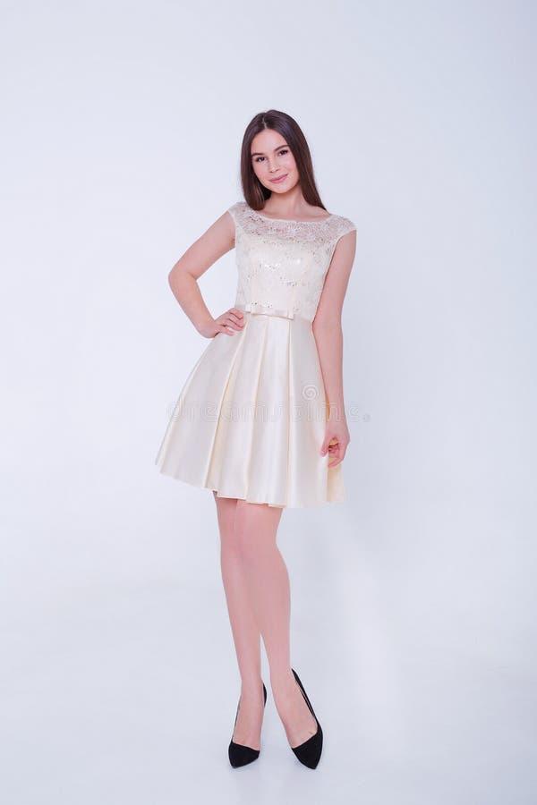 Mujer modelo morena de la belleza en vestido de c?ctel Maquillaje de lujo y peinado de la moda hermosa Silueta atractiva de la mu foto de archivo libre de regalías