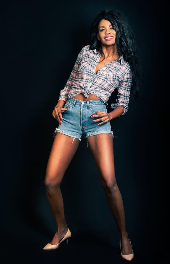 Mujer modelo negra, hembra afroamericana de la moda Sonrisa fotos de archivo