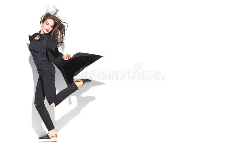 Mujer modelo posando con ropa de moda. Estilo urbano, negro total imagen de archivo libre de regalías