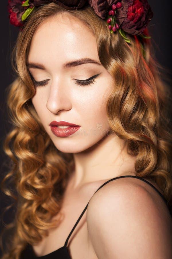 Mujer modelo rubia hermosa con el peinado rizado y el gato negro imágenes de archivo libres de regalías