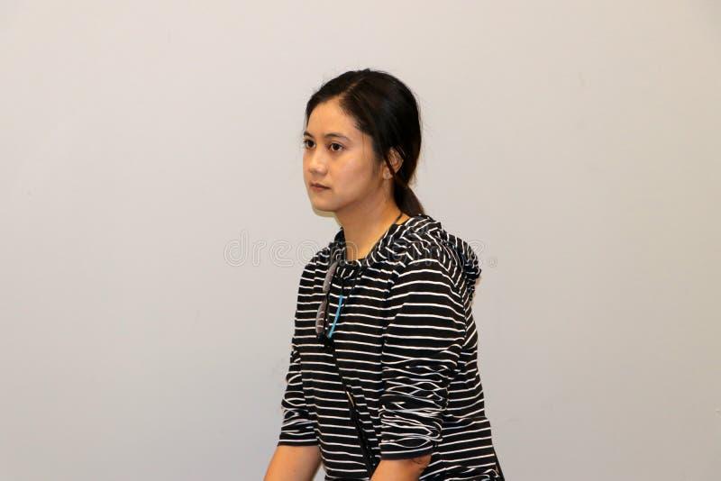 Mujer moderna asiática en el blanco y el color de la camiseta de manga larga, grados cumplidos 45 de las rayas negras imagen de archivo libre de regalías