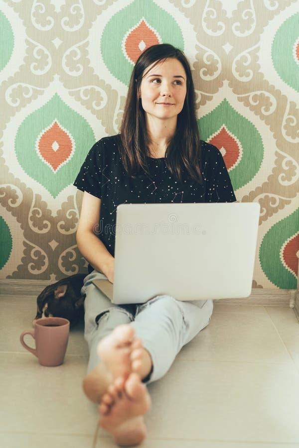 Mujer moderna con un ordenador portátil foto de archivo