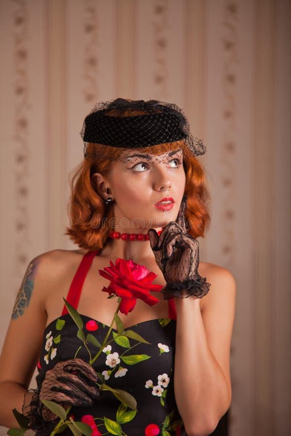 Mujer moderna del pinup con la perforación y el tatuaje imagen de archivo libre de regalías