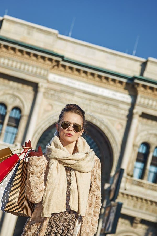 Mujer moderna del viajero en Piazza del Duomo en Milán, Italia fotos de archivo