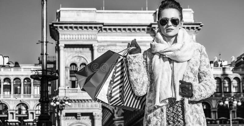 Mujer moderna del viajero en situación de Milán, Italia fotografía de archivo